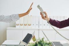 Femme rejetant l'appel dans le bureau images stock
