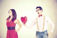 femme rejetant le coeur rouge de son ami dans un jour drôle du ` s de Valentine Photo libre de droits