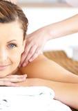 Femme Relaxed appréciant un massage à un centre de station thermale Photographie stock