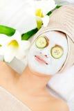 Femme Relaxed avec un masque facial Photographie stock libre de droits
