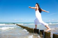 Femme Relaxed d'équilibre images libres de droits