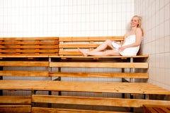 Femme Relaxed dans le sauna Images libres de droits
