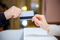 Femme remettant la carte de crédit à la caisse enregistreuse photos libres de droits