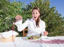 Femme renversant le vin Images libres de droits