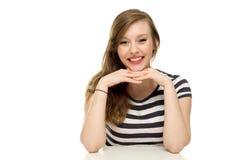 Femme reposant ses bras sur la table photographie stock libre de droits