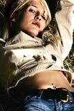 Femme reposant sur la meule de foin Photo stock