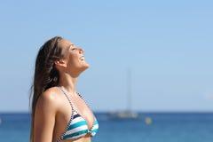 Femme respirant en quelques vacances d'été sur la plage Photos stock