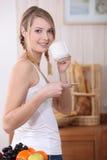 Femme restée dans la cuisine images libres de droits