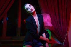 Femme restant devant l'hublot avec le rideau Image libre de droits