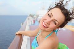 femme restant sur le paquet du bateau de croisière Image libre de droits
