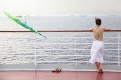 Femme restant sur le paquet du bateau de croisière Photographie stock