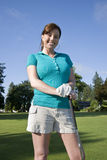 Femme restant sur le terrain de golf - verticale Photos libres de droits