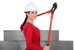 Femme retenant des boulon-coupeurs Image stock