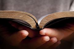 Femme retenant la bible Photographie stock libre de droits