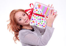 Femme retenant la boîte-cadeau Images stock