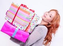 Femme retenant la boîte-cadeau Photographie stock libre de droits