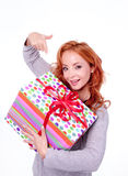 Femme retenant la boîte-cadeau Photo libre de droits