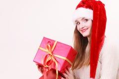 Femme retenant la boîte-cadeau Temps de Noël Photos stock