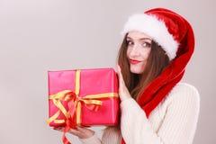 Femme retenant la boîte-cadeau Temps de Noël Photo stock