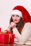 Femme retenant la boîte-cadeau Temps de Noël Photographie stock libre de droits