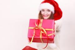 Femme retenant la boîte-cadeau Temps de Noël Photo libre de droits