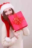 Femme retenant la boîte-cadeau Temps de Noël Photos libres de droits