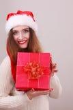 Femme retenant la boîte-cadeau Temps de Noël Image libre de droits
