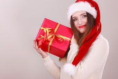 Femme retenant la boîte-cadeau Temps de Noël Images libres de droits