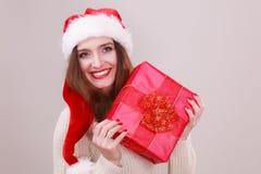 Femme retenant la boîte-cadeau Temps de Noël Photographie stock