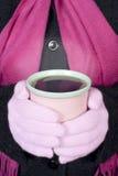 Femme retenant la boisson chaude Photographie stock
