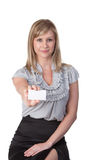Femme retenant la carte de visite professionnelle vierge de visite Photo libre de droits