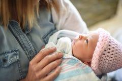 Femme retenant la chéri nouveau-née images stock