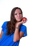 Femme retenant la pomme rouge Image stock