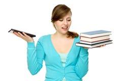 Femme retenant la tablette et les livres digitaux images stock