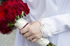 Femme retenant le bouquet des roses photographie stock