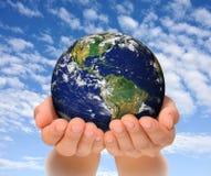 Femme retenant le globe sur ses mains, sud et nord   Image stock