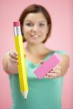 Femme retenant le grands crayon et gomme à effacer Photographie stock libre de droits