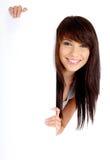 Femme retenant le panneau blanc vide Photo stock