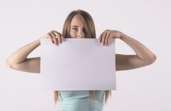 Femme retenant le papier blanc image libre de droits