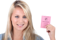 Femme retenant le permis de conduire français Images libres de droits