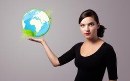 Femme retenant le signe virtuel d'eco Photographie stock