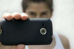 Femme retenant le téléphone intelligent Photographie stock libre de droits