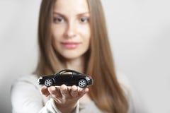 Femme retenant peu de véhicule image libre de droits