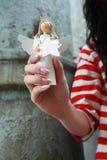Femme retenant un ange photo libre de droits
