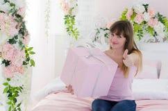Femme retenant un cadeau Photographie stock libre de droits