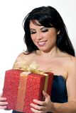 Femme retenant un cadeau. Image stock