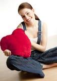 Femme retenant un coeur Photographie stock libre de droits