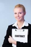 Femme retenant un contrat sur une planchette photos libres de droits