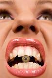 Femme retenant un interpréteur de commandes interactif dans des ses languettes Image libre de droits