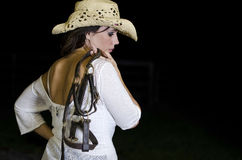 Femme retenant un licou image stock